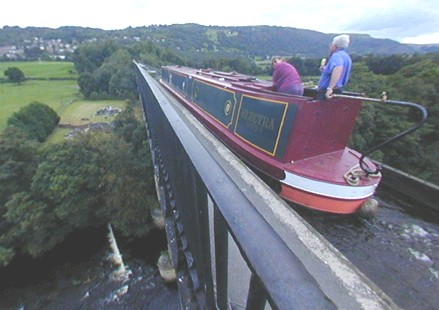 Narrowboat boven de rivier Dee